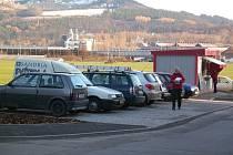 Sedm nových parkovacích míst vzniklo na sídlišti Nad Stadionem. Právě v této lokalitě je podle dopravního generelu, který si nechal Králův Dvůr vypracovat, problém s parkováním nejdramatičtější