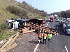 Na dálnici D5 ve středu dopoledne kolabovala doprava ve směru na Plzeň. Na 15,5 kilometru havarovalo nákladní vozidlo plné dřevěných klád. Ty se vysypaly a rozkutálely po celé šířce dálnice.