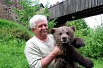 Václav Chaloupek přivezl medvědy Agátu s Martinem na hrad Točník v závěru roku 2013.