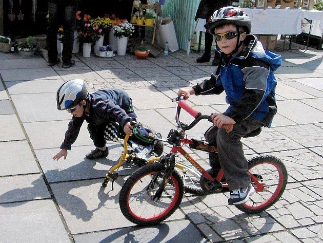 Dle zákona musí mít přilbu každý cyklista mladší osmnácti let