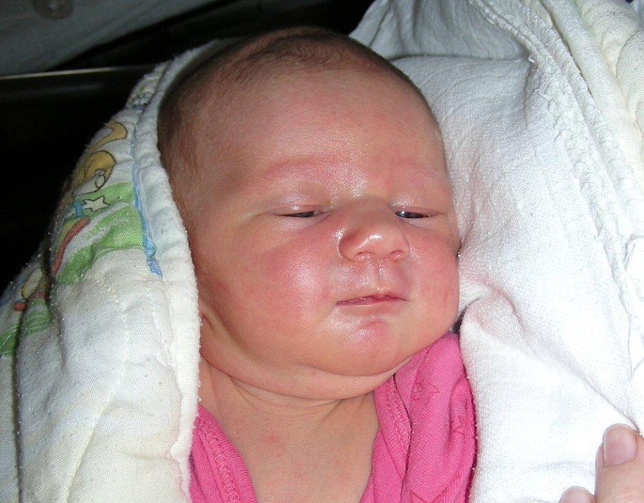 Ela Engelthalerová se narodila 31. srpna a manželé Petra a Tomáš z Rakovníku ji přivedli na svět společně. Elince sestřičky na porodním sále navážily 3,75 kg a naměřily 51 cm.