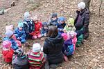 Lesní mateřská škola Studánka v Trubské: průvodkyně Sandra Ćerná a Jana Koubíková při práci s dětmi v lese.