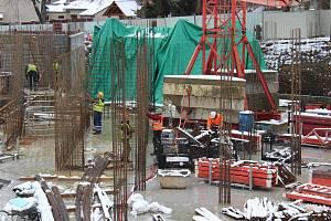 Nová budova vzniká ve Zdicích v těsném sousedství se stávající ZŠ v Žižkově ulici.
