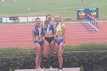 Tereza Placatková (vlevo) a vítězka Adéla Steinsová (uprostřed) na 1500 metrů.