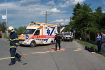 Motorkář se středl s nákladním vozem