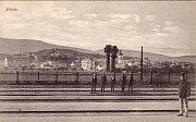 Takový pohled se na město ze zdického nádraží už není možný. V cestě totiž dnes stojí dálnice nebo samotný peron.