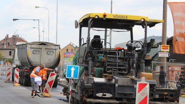 Jeden jízdní pruh silnice v Plzeňské ulici už je průjezdný. Nyní stavební práce pokračují na jízdním pruhu z Berouna do Králova Dvora.