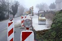 Mezi Tetínem a Berounem se opravuje stezka sv. Ludmily pro cyklisty i pěší. Součástí je i zpomalovací ostrůvek pro auta, stezka tak bude bezpečnější.
