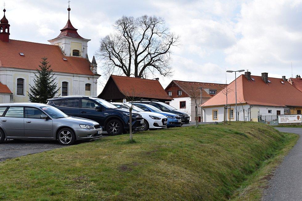 Také v obci Skryje, u níž se nacházejí překrásná Skryjská jezírka, bylo v neděli odpoledne na centrálním parkovišti několik aut.