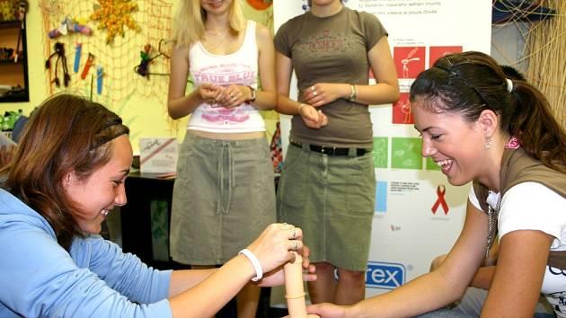 Žáci si kromě zajímavých informací odnesli také zkušenost s nasazováním prezervativů.