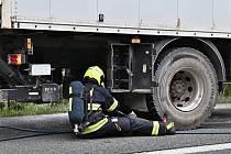 Auto s nebezpečným nákladem začalo na dálnici D5 hořet.