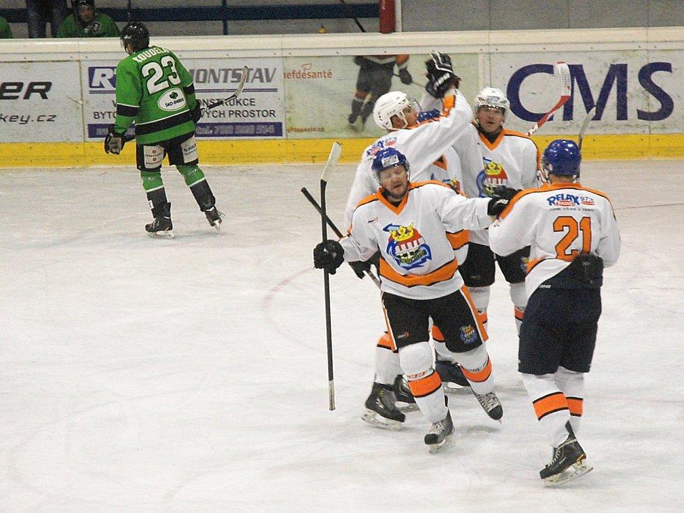 Králodvorští hokejisté se radují z gólu.