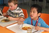 Prvňáčci si jídlo od Eurestu nemohou vynachválit. Žáci devátých tříd jsou však mnohdy jiného názoru