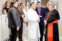 Kardinál Dominik Duka požehnal personálu i pacientům hořovické nemocnice a sloužil mši za uzdravení pacientů.