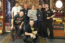 Radek Vykysalý (dole) si prohlíží trofej po jednom z šipkařských turnajů.
