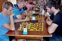 Posvícenský  bleskový turnaj REMEX PEN v Hostomicích pod Brdy -  lítý boj na 1. šachovnici – Jan Šuráň  – Vít Rosenbaum