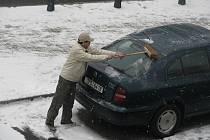 Sníh zaskočil řidiče.