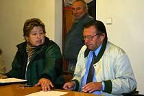 Firmu ZK–ZA Servis zastupoval J. Švéda (vpravo)