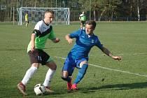 Fotbalisté Komárova (v černém) si poradili s Doksy dvougólovou výhrou.