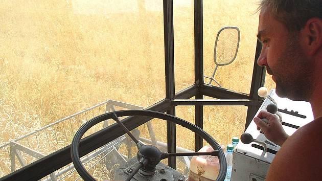 Zemědělce stále provází smůla a počasí jim nepřeje. Suchem uspíšené zně nyní komplikuje déšť.