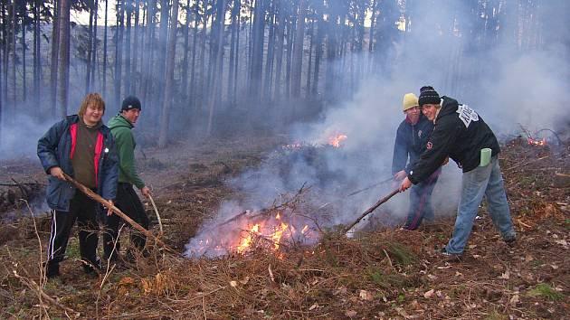 Parta mladých lidí pomáhá s úklidem Lážovic a okolí