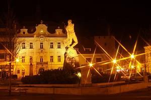 Noční Husovo náměstí v Berouně.