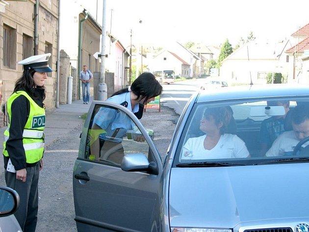 V pondělí dopoledne čekaly na řidiče v Králově Dvoře v Plzeňské ulici policejní hlídky. V obou směrech zde policisté měřili rychlost a prováděli namátkové silniční kontroly.