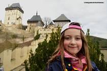 Hrad Karlštejn má otevřeno teprve pár dnů a už čelí velkému náporu turistů. Slunečné počasí už přilákalo na jednu z nejkrásnějších českých památek stovky lidí. Před  hradní pokladnou si návštěvníci museli vystát nejprve frontu na lístky. Odměnou jim za to