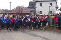 Takto odstartovali atleti na start Vánočního běhu Komárovem loni.