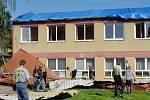 Spadlou střechu likvidovali dobrovolní hasiči