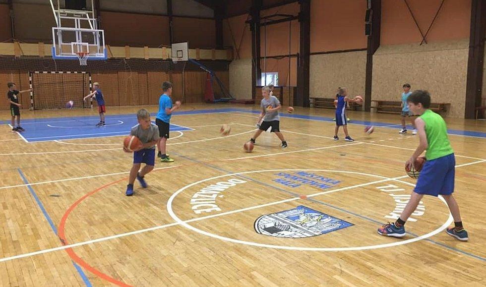 Z basketbalového tréninku dětí.
