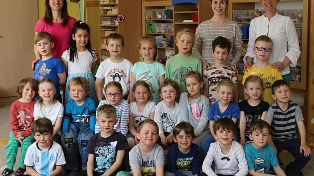 Mateřská škola v Litni: předškoláci s učitelkami Lenkou Čížkovou, Adélou Sudíkovou a Jitkou Saneistrovou.
