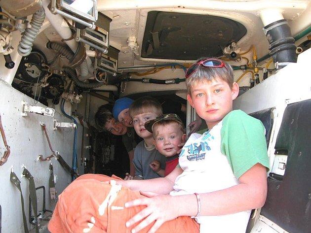 Historická vozidla byla lákadlem hlavně pro děti.