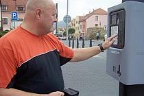 Na parkovací automaty si řidič Miroslav dává pozor