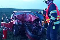 Dopravní nehoda u obce Chýně: čelní náraz osobního auta do stromu.