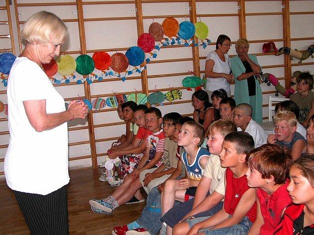 Prezidentka Hnutí na vlastních nohou Stonožka Běla Gran Jensen si včera povídala s dětmi ze Základní školy Karla Čapka v Berouně.