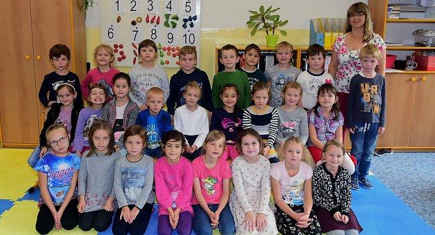 Žáci 1.C Jungmannovy základní školy Beroun střídní učitelkou Jarmilou Kolářovou.