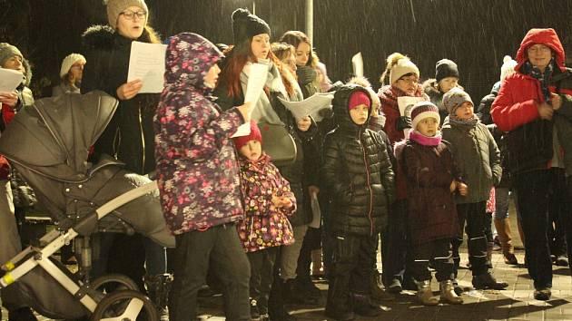 Česko zpívá koledy 2018. I přes vytrvalé sněžení si cestu k Domečku Hořovice našly desítky lidí.