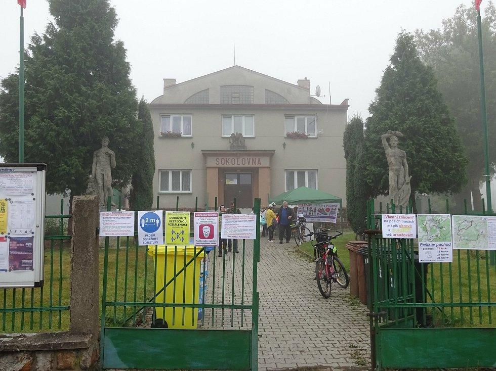 Na trasu Pešíkova pochodu vyrazilo z Komárova stodeset turistů.