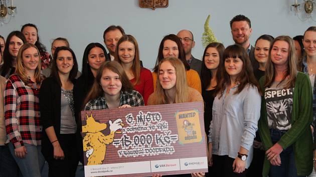 Studentky dostaly za třetí místo v soutěži šek.