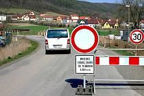 Značka zákazu vjezdu, která je od dubna umístěna na začátku Zahořan, mnohé řidiče nezastaví.