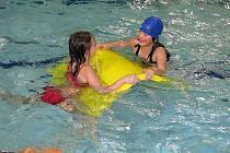 Děti si ve vodě libují.