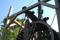 Při stavbě dřevěného jeřábu byly použity středověké technologie