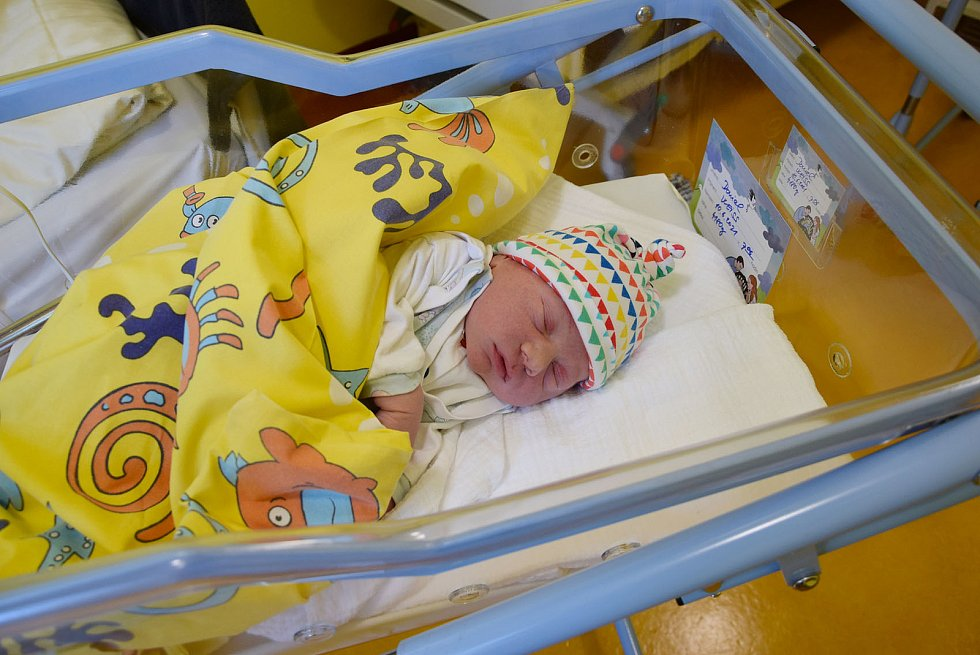 Daniel Weiss se manželům Evě a Robinovi narodil v benešovské nemocnici 10. června 2021 v 7.06 hodin, vážil 4180 gramů. Doma v Benešově na něj čekal bratr David (3).