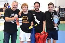 JIŘÍ PEŘINA předal ceny nejlepšímu týmu hořovického turnaje, kterým byl celek Žatce.