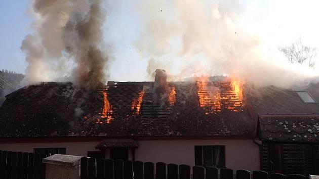 Při březnovém požáru rodinného domu ve Žloukovicích se oheň rychle šířil. Kontrolovat komíny a spalinové cesty je nezbytnost.