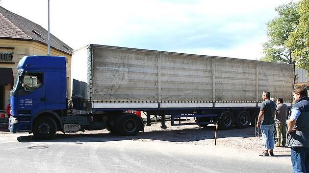 Při středeční zkoušce, kterou uskutečnili radní Hořovic, kruhový objezd na Valdeku pohořel. Řidič nákladního vozidla nedokázal vyjet z objezdu ve směru na Komárov. Někteří radní neskrývali rozhořčení.