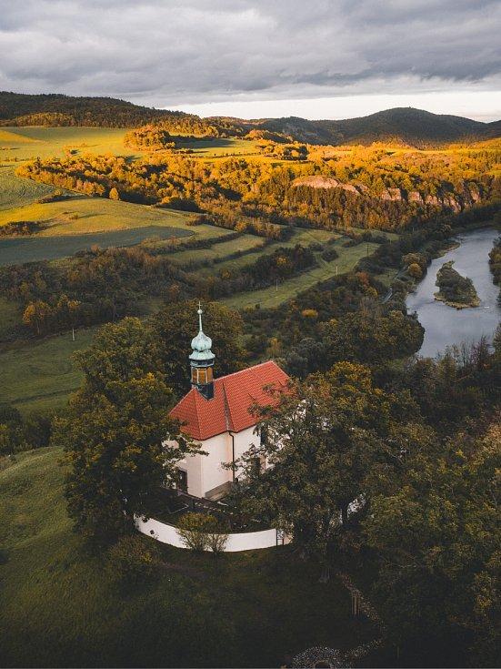Kostel sv. Jana Nepomuckého v Tetíně.