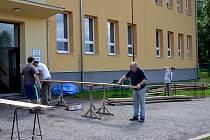 Do nejstarší zděné budovy v Zaječově míří parkety a prkna ze staré školy