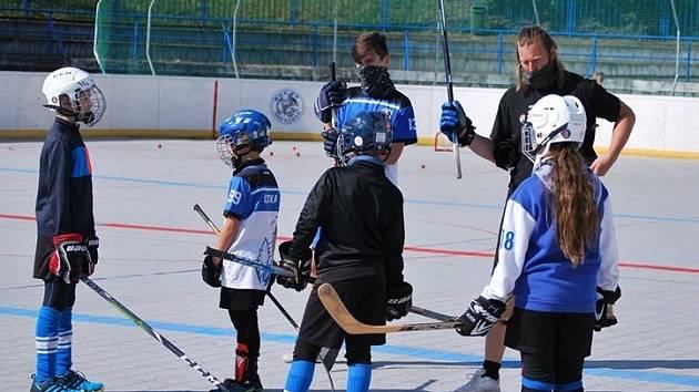 Roman Novák vede jeden z prvních tréninků berounských žáků.